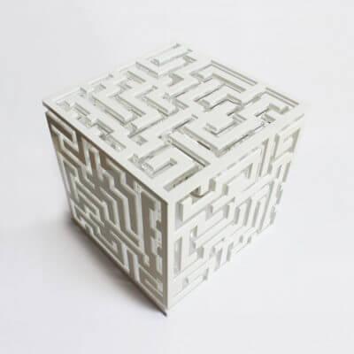 lampada da tavolo di design bianca con motivo a labirinto