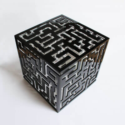 lampada da tavolo di design nera con motivo a labirinto in rilievo