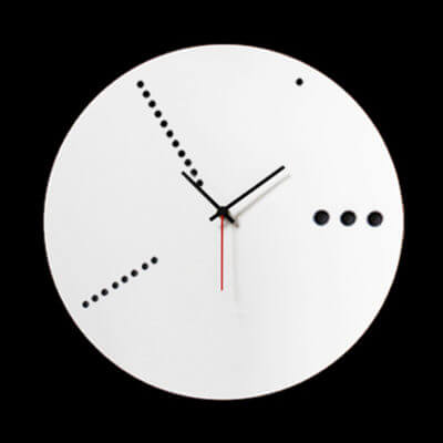 orologio da parete bianco in plexiglas
