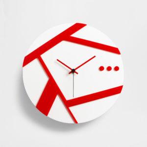 orologio da parete con dettagli rossi su base bianca