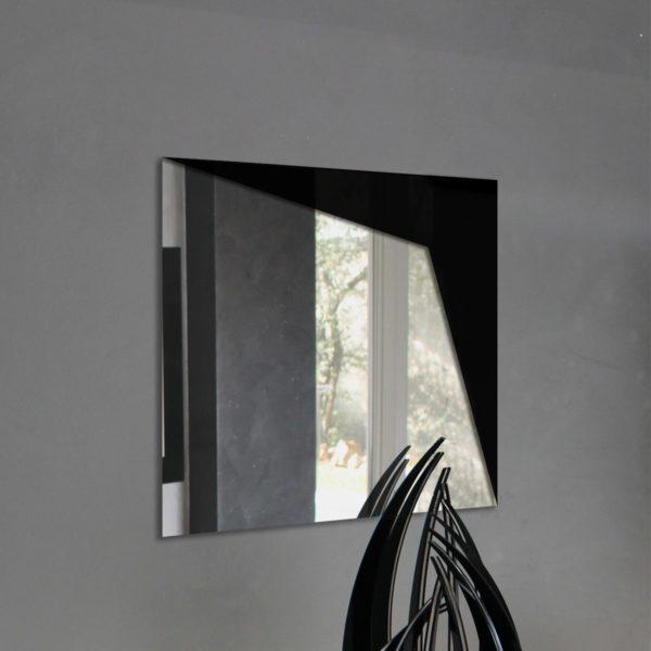 Specchio da parete in plexiglas con dettaglio angolare nero