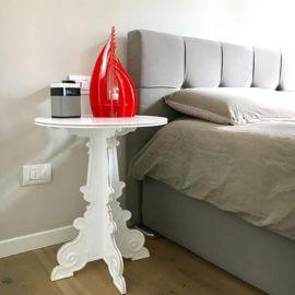 comodino da camera bianco con lampada da tavolo rossa