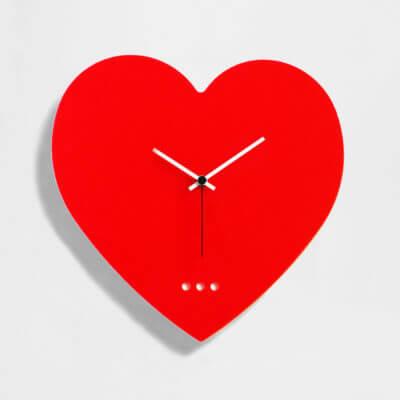 orologio da parete a forma di cuore di colore rosso